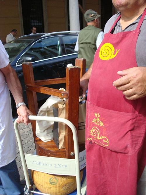 trasporto di una forma di parmigiano su un carrellino di fortuna