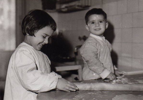 I miei fratelli stendono la pasta in cucina
