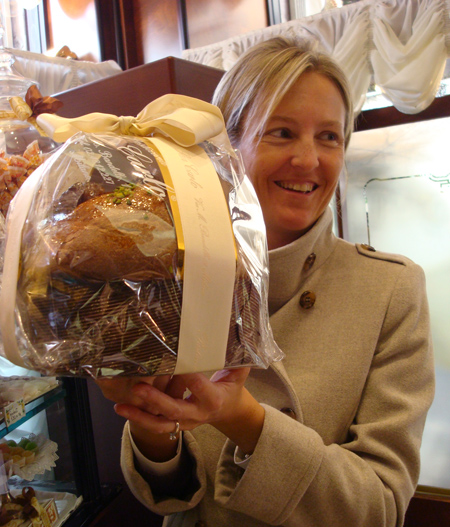 Valentina Riva con un panettone della Pasticceria San Carlo