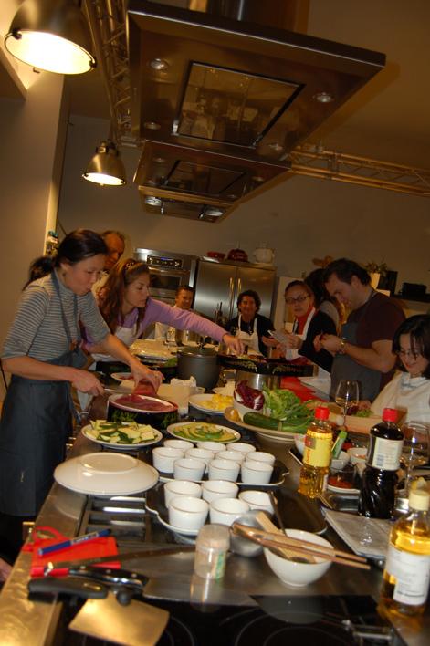 corsisti al lavoro nella scuola di cucina Teatro7 Lab, a Milano