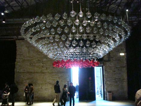 Taste 2010 - il lampadario fatto con le brocche di Mario Luca Giusti