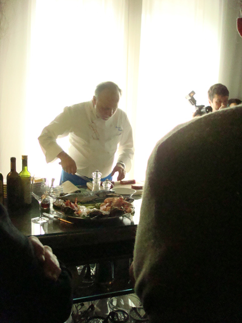Luciano Zazzeri sfiletta il pesce a Riva Loft