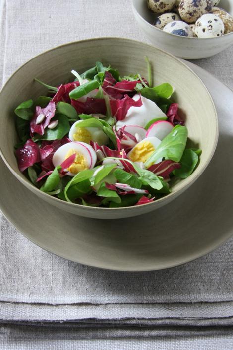 © Insalata alle uova di quaglia e caprino al pesto