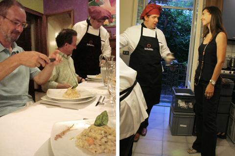 Marco A. fotografa a tavola e Marco I. mi parla del Multiplo in cucina