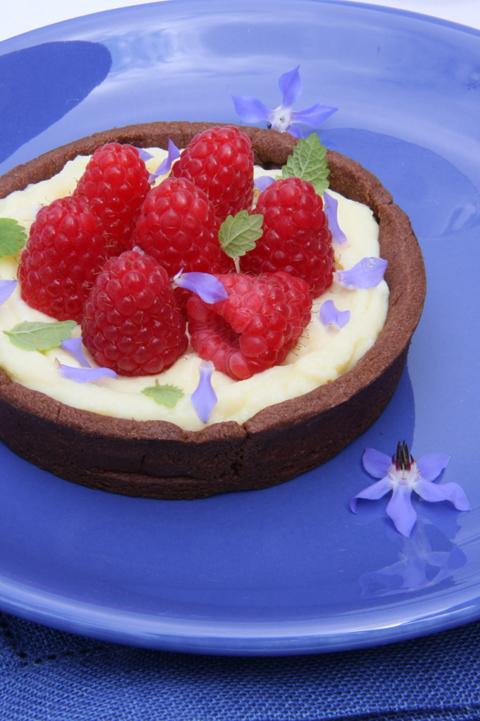 © Crostatine al cacao con crema e lamponi