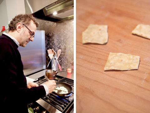 © Massimo Bottura cuoce i ritagli di sfoglia in padella (foto G. Frassi)