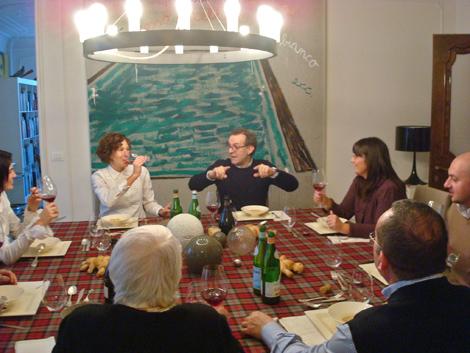 © Lara e Massimo e Bottura brindano con la loro famiglia e alcuni amici