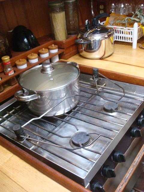 © il piano cottura della cucina della Elmo's Fire con le pinze bloccare per le pentole