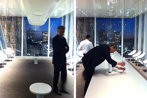 """© The Cube a Milano, l'architetto Filippo Pagliani avvita i tiranti del tavolo """"aereo"""""""