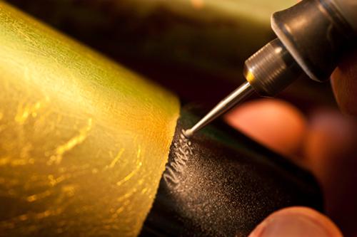 Le bottiglie di Venissa vengono incise a mano (©foto Paolo Spigariol)