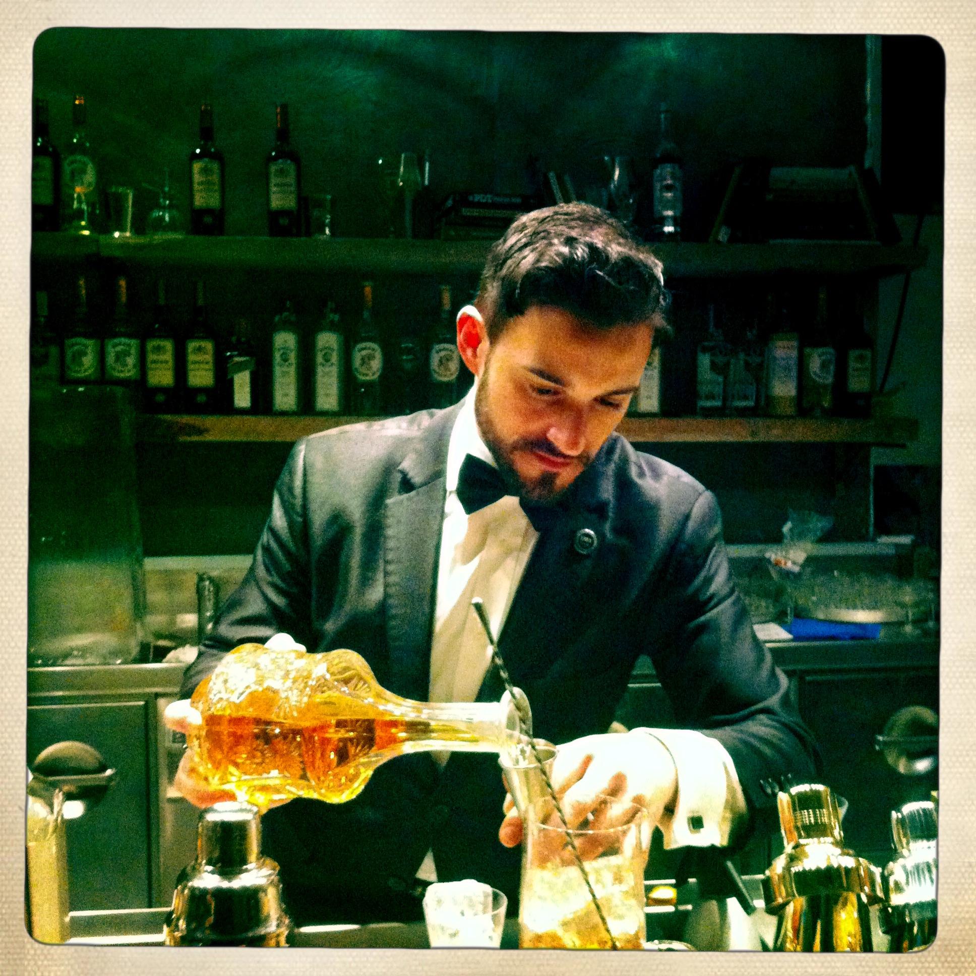 ©il bartender Guglielmo Miriello prepara un cocktail dell'epoca del proibizionismo da Dry by Pisacco