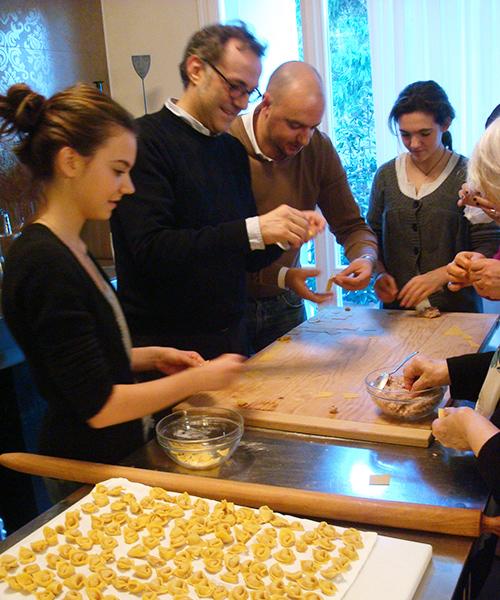 ©Massimo Bottura fa i tortellini insieme alla sua famiglia e a Beppe Palmieri (foto Sandra Longinotti)