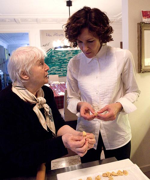 ©nonna Lu, la mamma di Massimo Bottura, insegna a sua nuora Lara Gilmore a fare i tortellini (foto Giandomenico Frassi)