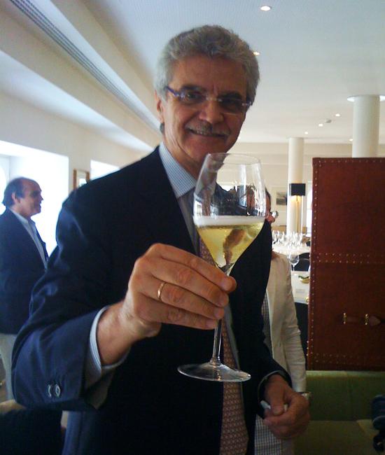 © Mattia Vezzola racconta la piacevolezza del bere brindando col Franciacorta Bellavista Vittorio Moretti 2004 (©foto Sandra Longinotti)