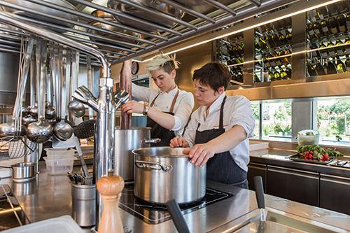 Antonia Klugmann e Arianna della Valeria nella cucina del ristorante Venissa (©foto Mattia Mionetto)