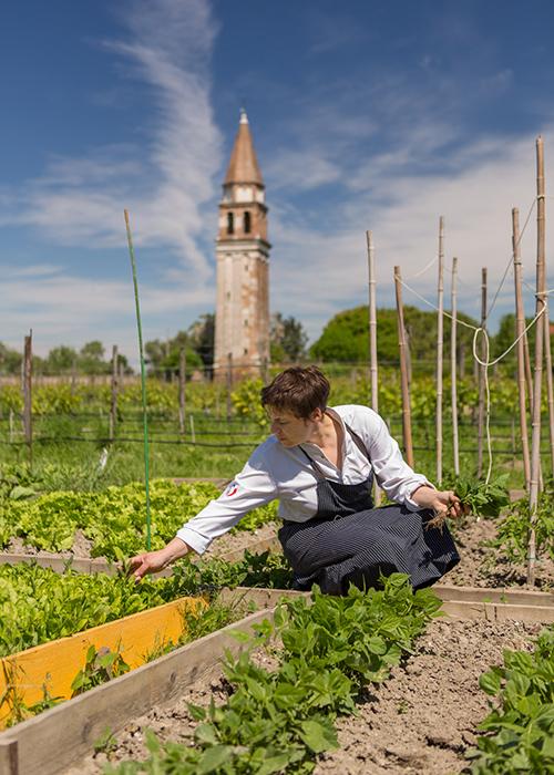 Antonia Klugmann negli orti di Venissa (©foto Mattia Mionetto)