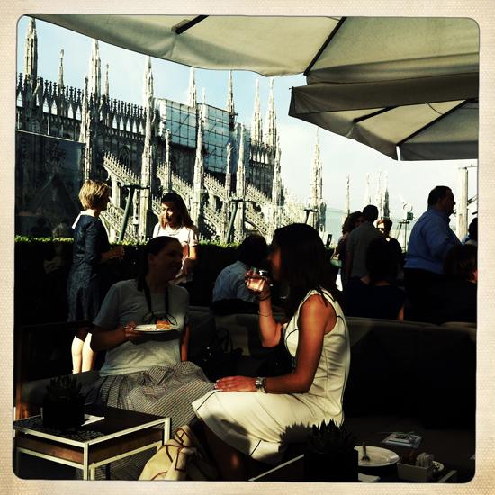 colazione a La Rinascente in terrazza, guardano le guglie del Duomo | ©foto Sandra Longinotti