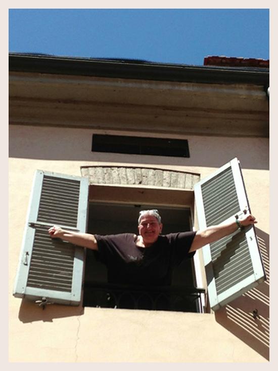 Fiorenza Petrini alla finestra del 19-28 Aquila Romana (©foto Sandra Longinotti)