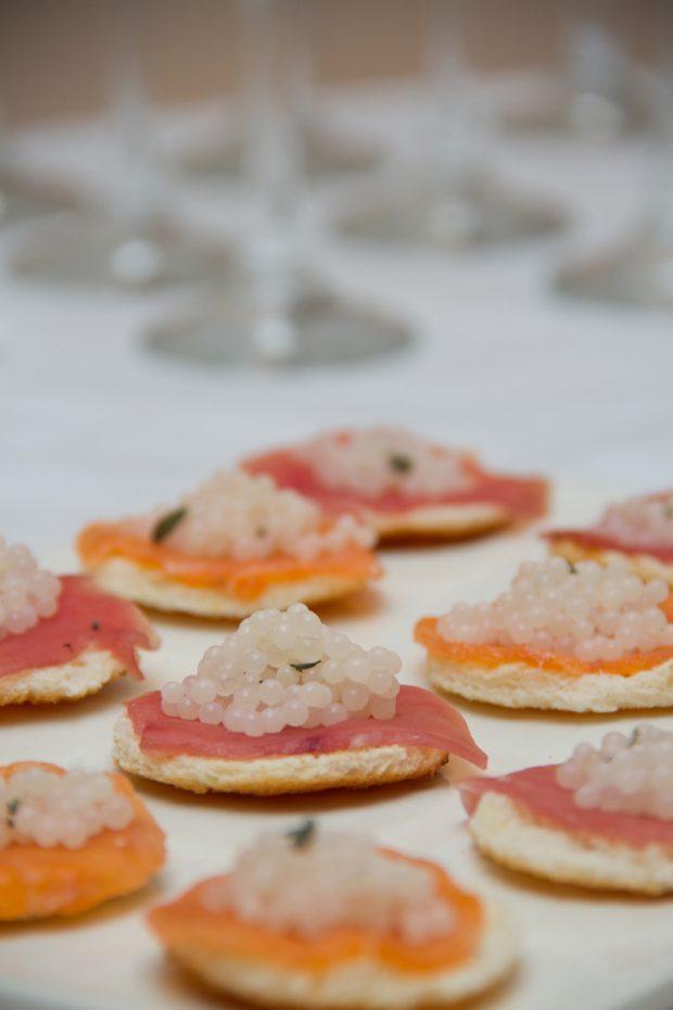 finger food di salmone o tonno e caviale di lumaca