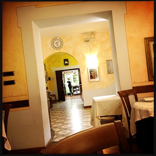 vista sulla cucina, dalla sala della Locanda Miranda a Tellaro | ©foto Strutturafine