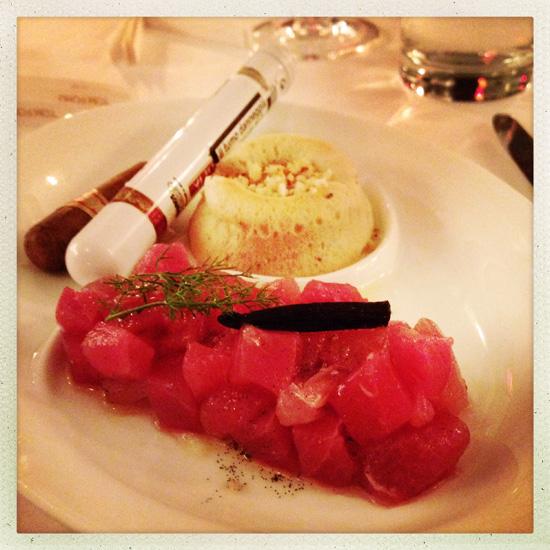 ©Tartare di tonno alla vaniglia del Madagascar con salsa al miele e sigaro, pan brioche alla fava Tonka e mandorla amara, chef Gian Nicola Colucci