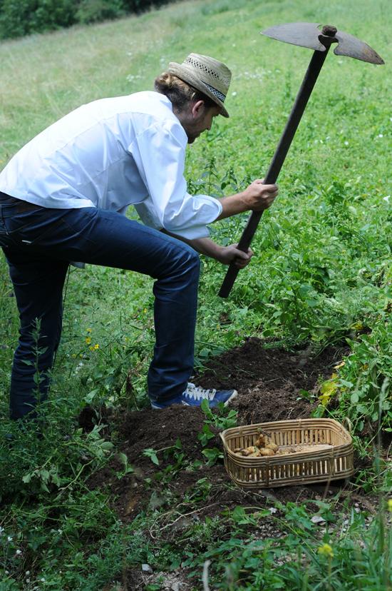 Riccardo De Prà nel campo di patate Dolada | ©Andrea D'Ottavio
