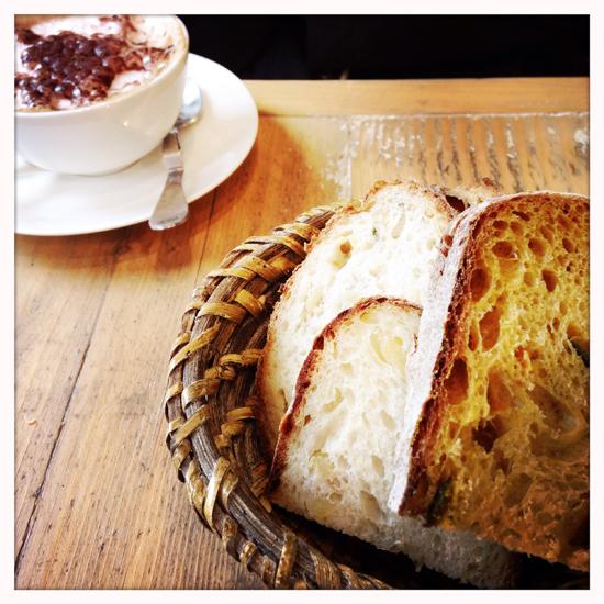 Longoni Store cappuccino e pane | ©Sandra Longinotti