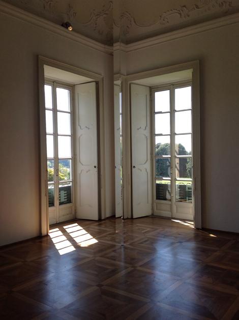 Untitled (Column, 2011) di Robert Irwin, colonna prismatica di plastica acrilica invisibile ma percettibile a seconda della luce che vi rifrange - Mostra AISTHESIS | ©foto Sandra Longinotti