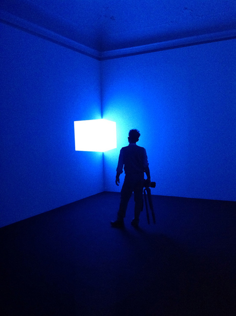 Shanta (Blue) di James Turrell (1967) luce proiettata a formare un parallelepipedo - Mostra AISTHESIS | ©foto Sandra Longinotti