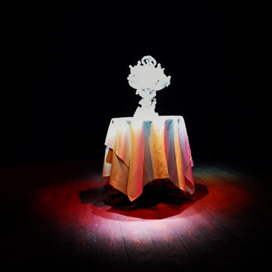 una porcellana artistica Richard Ginori sul palco del Teatro del Sale | ©Sandra Longinotti