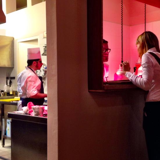 la finestra fra cucina e sala al ristorante Essenza   ©Sandra Longinotti