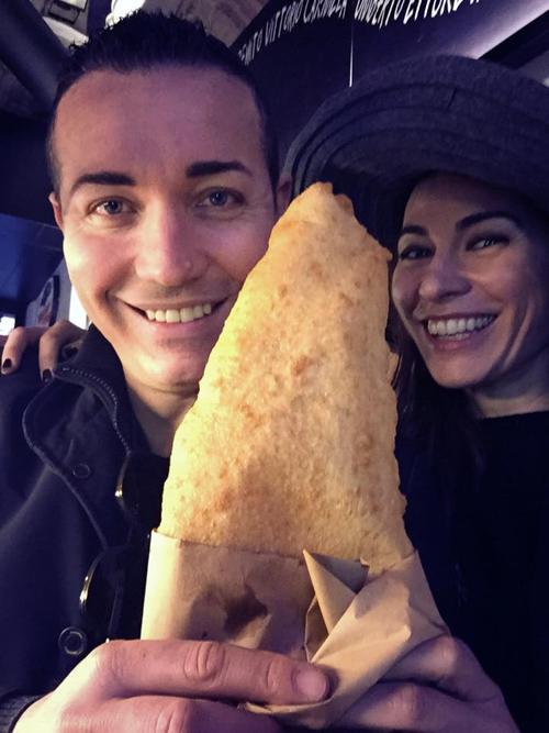 Gino Sorbillo con la sua pizza fritta e Valeria Carbone