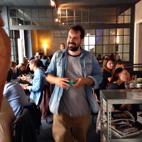 Matteo Stefani nell'Anche Bar, dietro la porta c'è l'Anche Ristorante | ©Sandra Longinotti