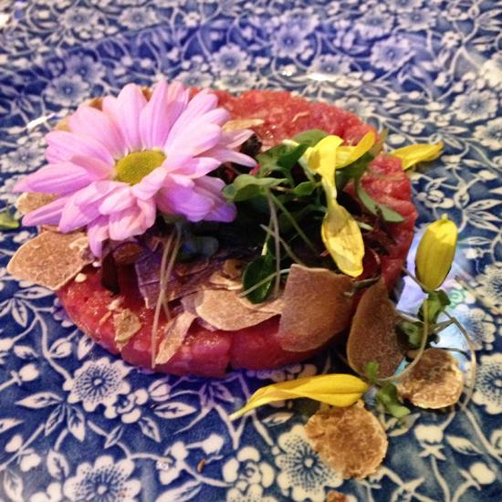 Tartara di chianina del Fracassi al tartufo e fiori, Anche Ristorante | ©Sandra Longinotti