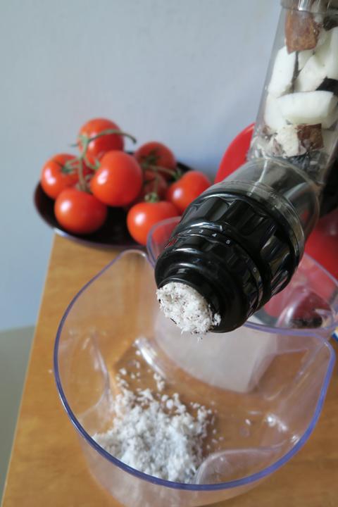 l'estrattore orizzontale alle prese col cocco :) | ©foto Sandra Longinotti