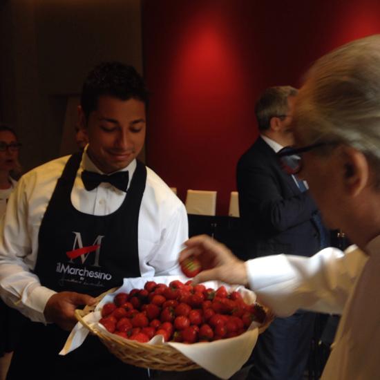 Gualtiero Marchesi mentre sceglie una fragola all'inaugurazione dell'Accademia Marchesi | ©foto Sandra Longinotti