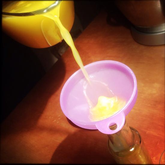 il succo d'ananas ottenuto con l'estrattore si può conservare in frigo 48 ore, meglio in piccole bottiglie di vetro  | ©foto Strutturafine