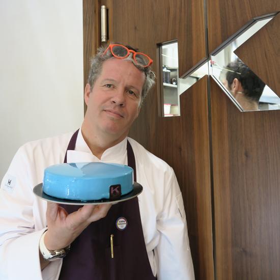 Ernst Knam con la torta Blu della linea Knam Extreme Coll. A/I 2015-16 | ©Sandra Longinotti