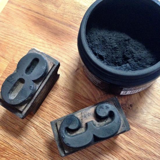 Carbone vegetale Chef in Black di Molini Spigadoro e stampi a numeri | @foto Sandra Longinotti