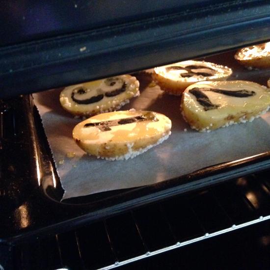 Patate stampate col carbone vegetale in cottura nel forno | @foto Sandra Longinotti