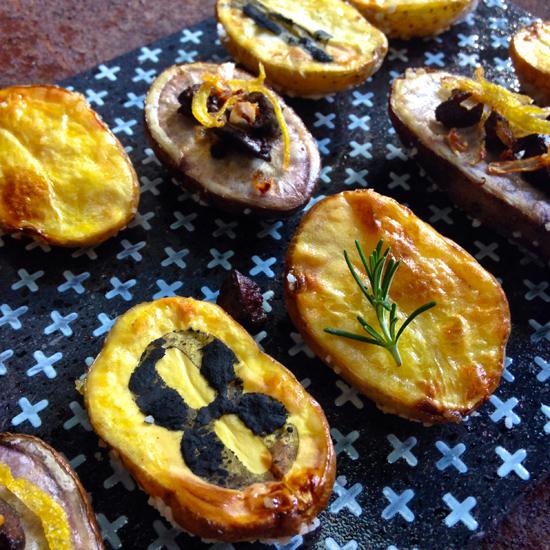 Patate al forno stampate col carbone vegetale | @foto Sandra Longinotti