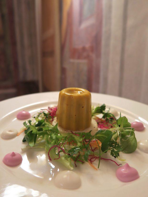 Anacronismo, terrina di zucca e funghi con insalatina, germogli e maionese vegana alla mandorla – chef Pietro Leemann | © foto Sandra Longinotti