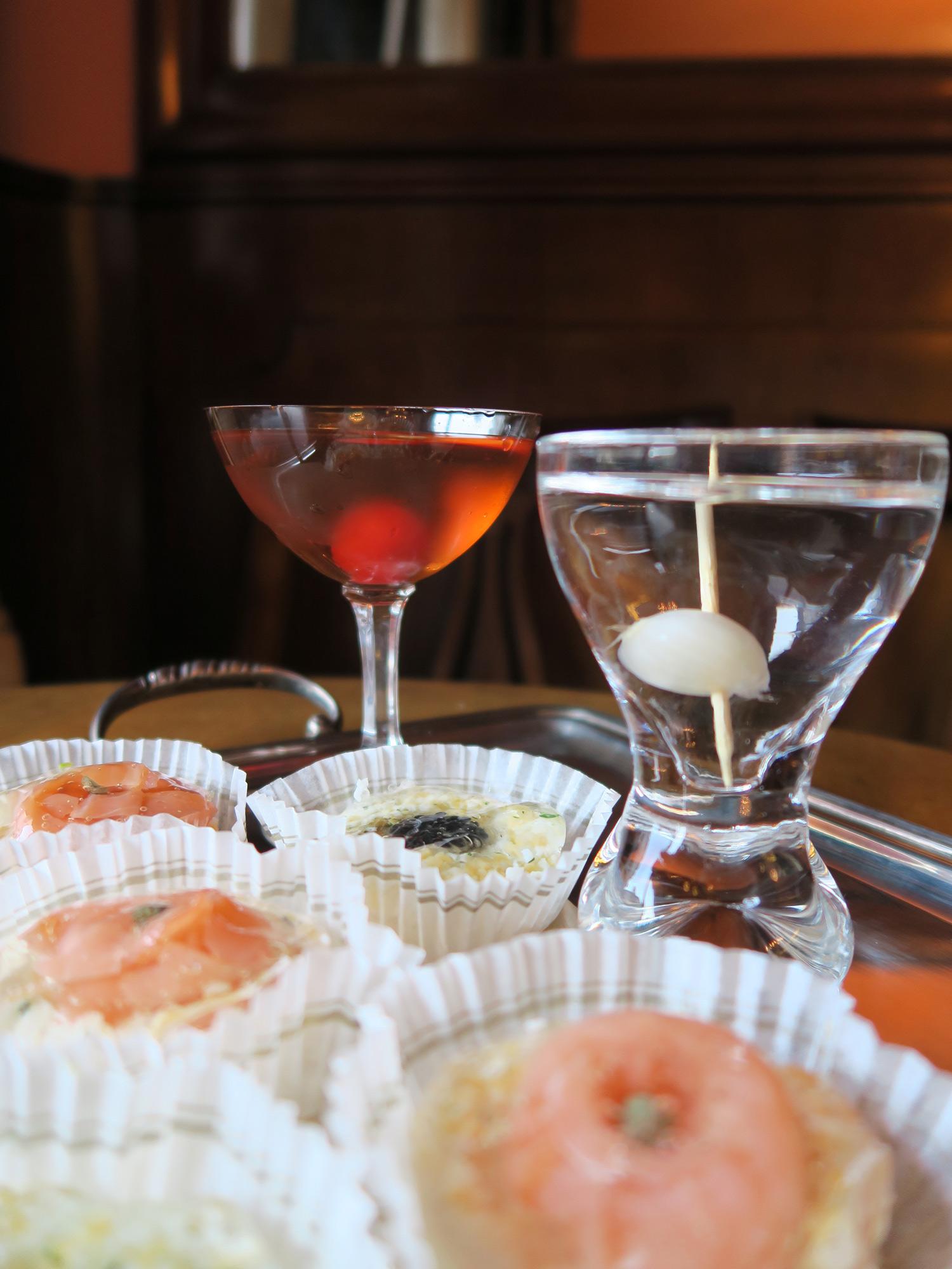 Cocktail Manhattan e Gibson del Bar Basso con tartine di Peck | ©foto Sandra Longinotti