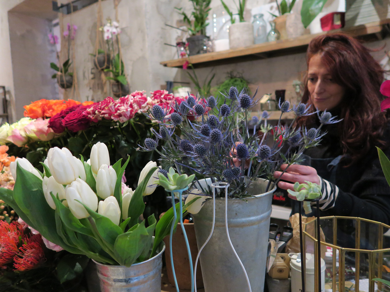 Ilaria Minniti di Artemisia sceglie i fiori per un bouquet, La Ménagère - Firenze | ©foto Sandra