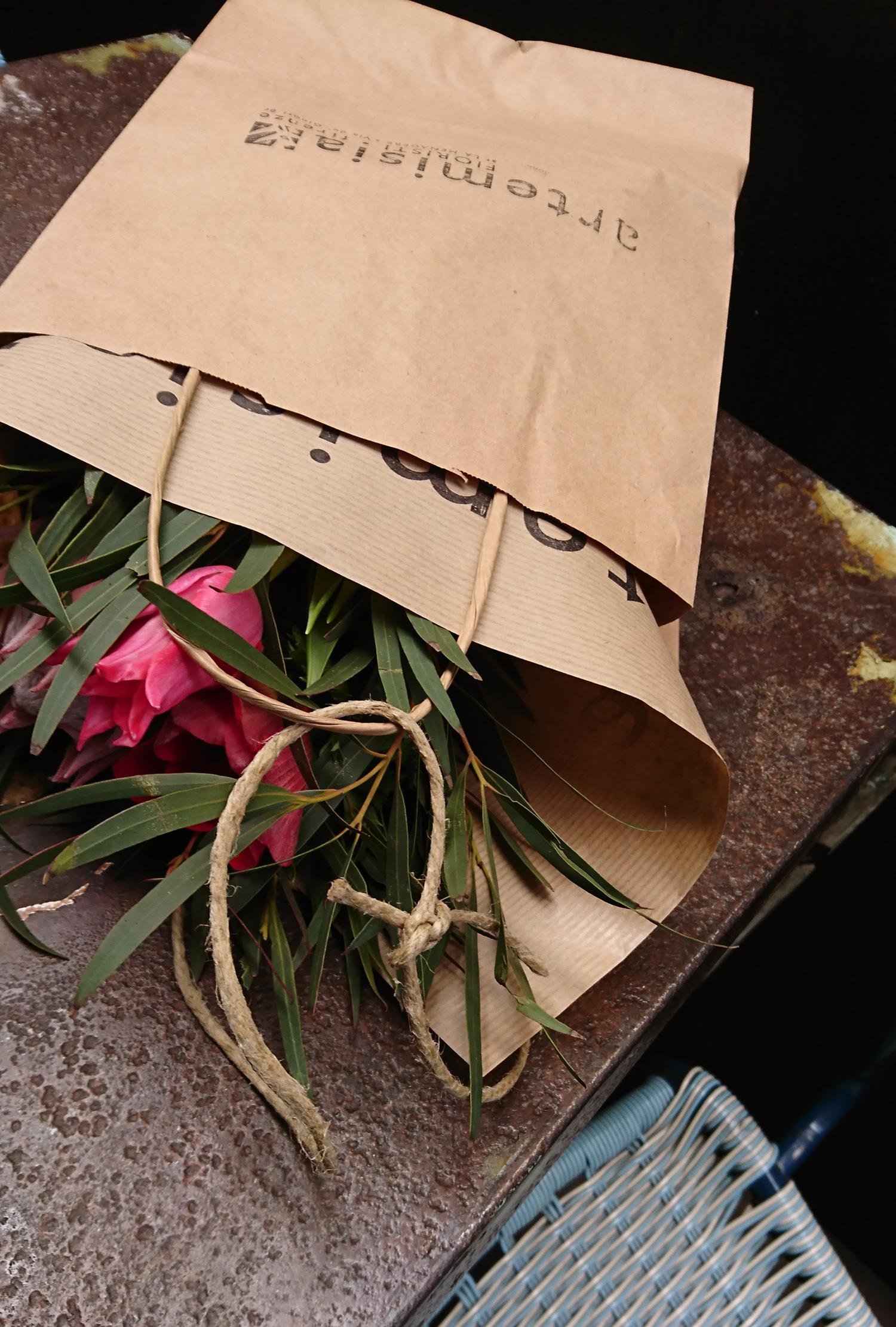 un po' di corda legata ai manici del sacchetto e il love-bouquet diventa prêt-à-porter | ©foto Strutturafine