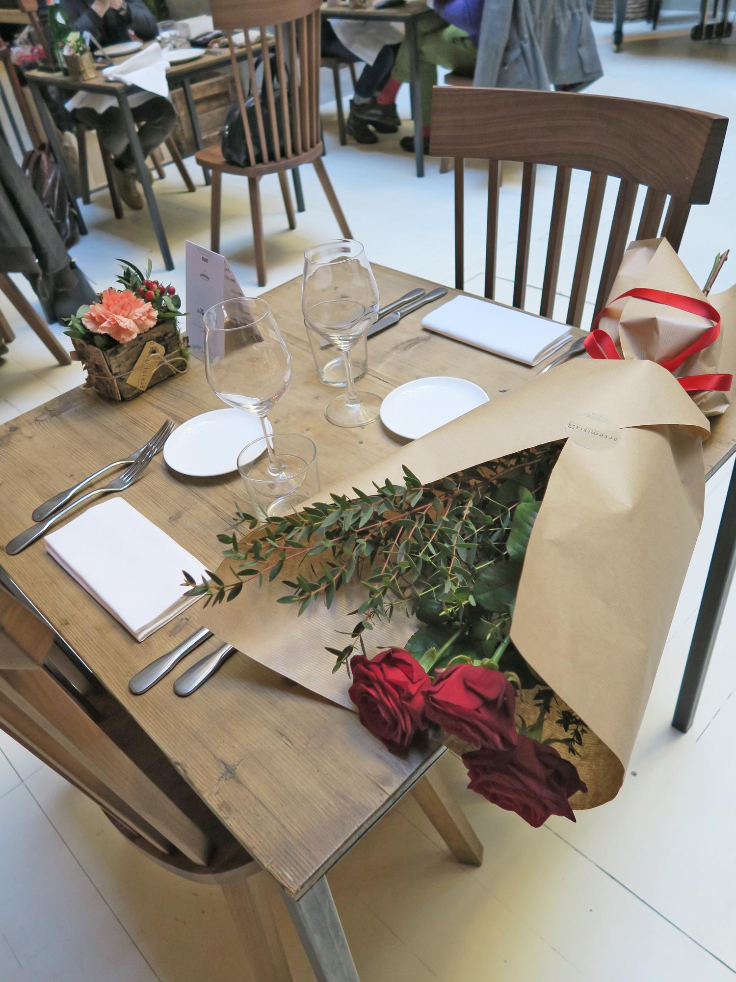 La Ménagère, un tavolo della sala con un Love Bouquet di Artemisia | ©foto Sandra Longinotti