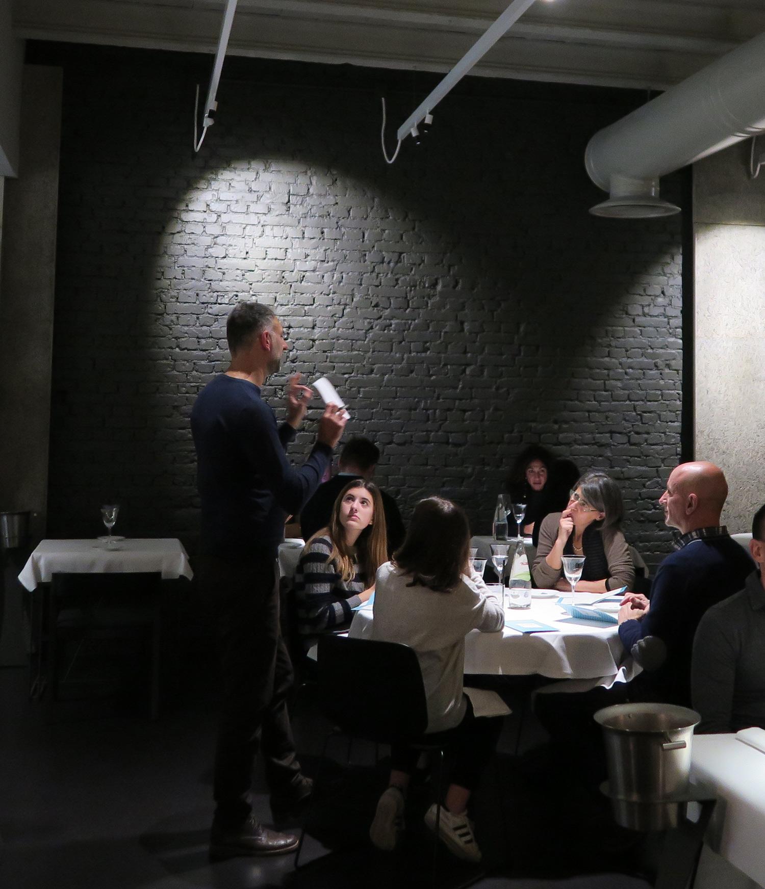 Filippo Di Bartola spiega agli ospiti il menu su misura - FILIPPO PIetrasanta   ©foto Sandra Longinotti