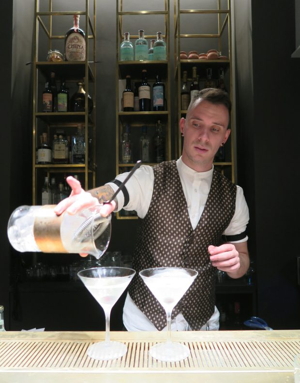 Thomas Cecere prepara Il Martini del Ragazzo al MUD Bar di FILIPPO Pietrasanta   ©foto Sandra Longinotti