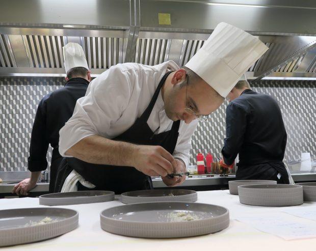 lo chef Lorenzo Barsotti al lavoro con la brigata nella cucina a vista di FILIPPO Pietrasanta  ©foto Sandra Longinotti