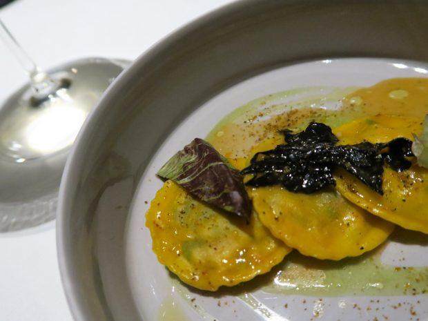 Ravioli di astice e spinacini con trombette della morte, sedano e polvere di cozze - FILIPPO Pietrasanta   ©foto Strutturafine